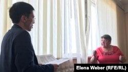 Один из истцов — жительница Темиртау Галина Столяр — и представитель ответчика Куаныш Шакабаев.