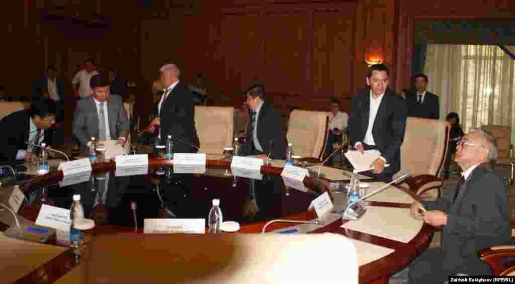 Оппозиция не пришла 18 апреля на встречу с правительством. Переговоры провалились.