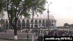 Bunyodkor stadioni oldida chipta kutayotgan futbol ishqibozlari