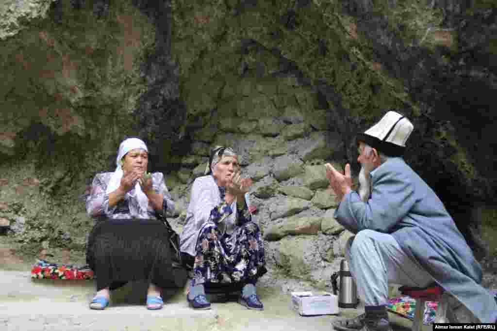 Небольшой грот у малого водопада очень популярен среди верующих в разные святые места