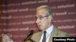 شهرام چوبین می گوید که قبول ادامه غنی سازی در ایران ریسک هایی را در بر دارد.