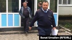 Активиста Бауыржана Алипкалиева (первый слева) уводят из суда в спецприемник для административно осуждённых. Уральск, 18 мая 2016 года.