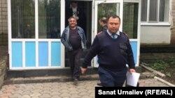 15 тәулікке қамалған Бауыржан Әліпқалиевті (есіктен шығып келеді) жаза өтейтін мекемеге әкетіп бара жатқан полиция. Орал, 18 мамыр 2016 жыл.