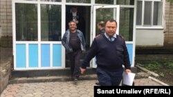 Активиста Бауыржана Алипкалиева уводят из суда в спецприемник для административно осуждённых. Уральск, 18 мая 2016 года.