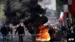 Демонстранти се опитаха да блокират Шан-з-Елизе с метални барикади, контейнери за смет и други отломки