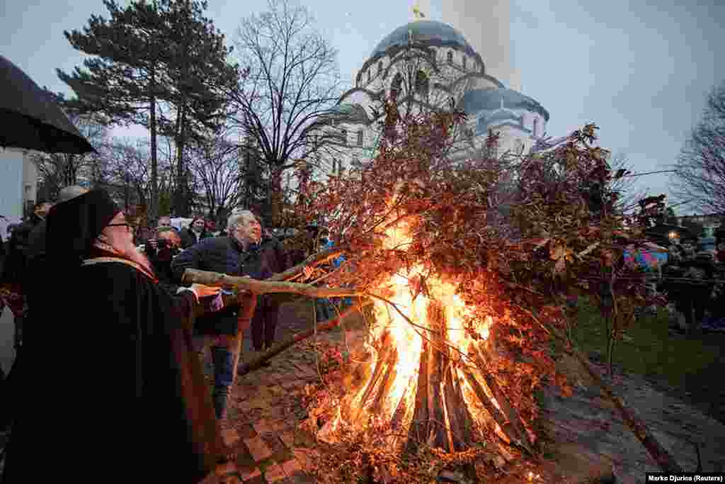 Të krishterët djegin dushk para katedrales Shën Sava në Beograd më 6 janar. Tradita e djegies së dushkut besohet se i paraprin krishterimit, por tani ky ritual është pjesë qendrore e shumë festimeve të Krishtlindjes në shumë vende të Ballkanit.