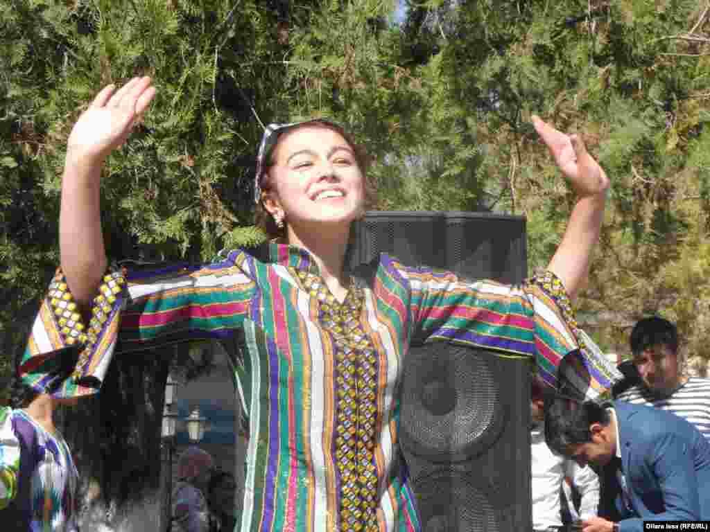 Девушка танцует узбекский танец.