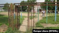 Калитка на территорию соседствующей русской школы