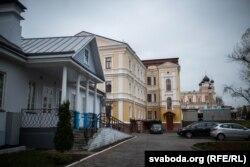 Дом Абрэмбскіх у Горадні (пасярэдзіне, жоўтага колеру)
