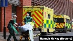 Medicinski radnici transportuju pacijenta oboljelog od COVID-a 19 u bolnicu u Londonu, (26. januar)