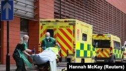 Здравствени работници превезуваат пациент во болница во Лондон, на 26 јануари 2021 година.