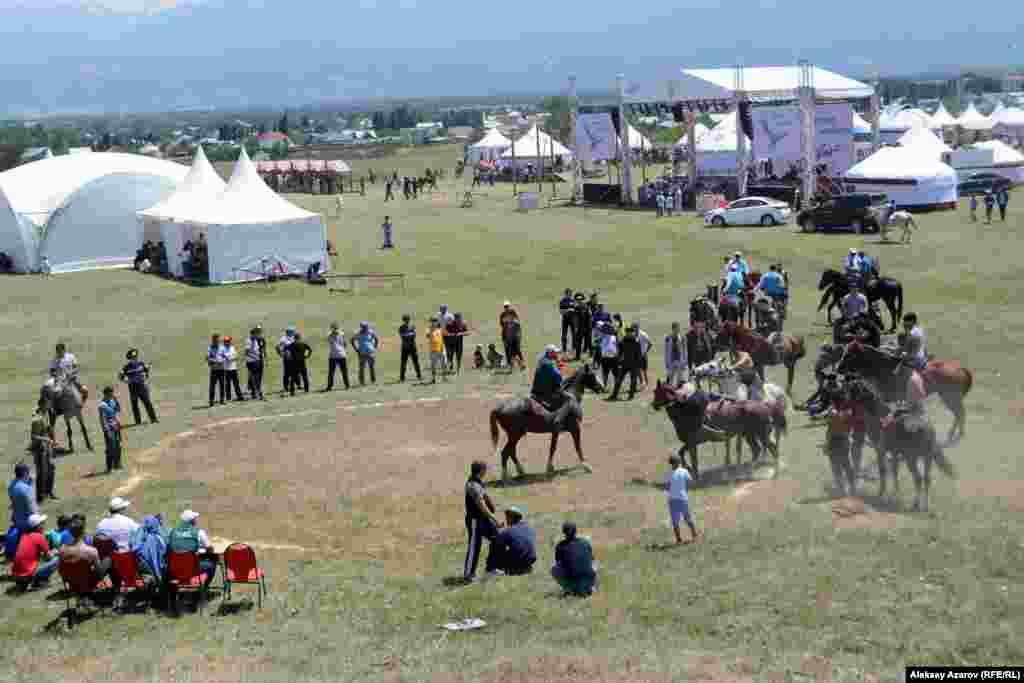 Ближе к юртам, но тоже рядом с сакским курганом, проходила борьба на лошадях – аударыспак.