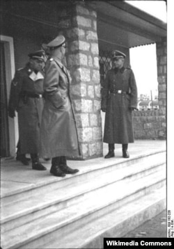 Nasist lideri Heinrich Himmler düşərgədə təftiş zamanı. O, fahişəxananı nəzərdən keçirir. Mauthausen/Gusen