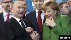 Президент России Владимир Путин и канцлер Ангела Меркель на выставке в Ганновере. 8 апреля 2013 года.