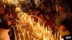 Пакистанские христиане ставят свечи за упокой погибших в теракте у церкви в Пешаваре. Карачи, 23 сентября 2013 года.