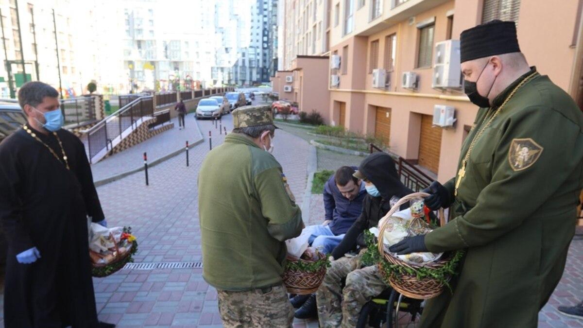 В Львове развозят пасхальные корзинки бывшим бойцам с инвалидностью и семьям погибших