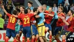 Команда Испании празднует выход в полуфинал