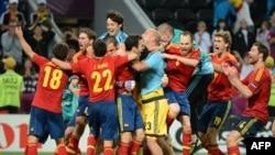 Echipa Spaniei celebrează victoria asupra Portugaliei şi trecerea în finala Euro 2012.
