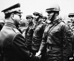 Premierul polonez, gen. Wojciech Jaruzelski, se întâlnește cu militari din forțele aeriene la 12 octombrie 1982