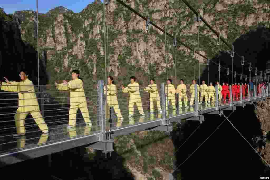 ხალხი ტაი ჩის ვარჯიშობს ჩინეთის დედაქალაქ პეკინში. (REUTERS)