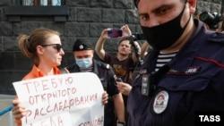 Затримання однієї з учасниць акції протесту проти переслідування Івана Сафронова, Москва, Росія, 7 липня 2020 року