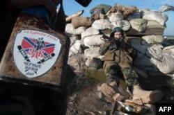 Сепаратисты на позициях в поселке Фрунзе, Луганская область Украины, 24 марта 2015 года