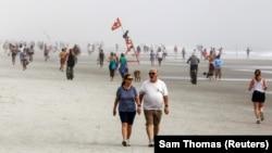 Люди на пляже в Джэксонвилле, Флорида.