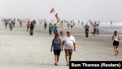 Жэксонвилл пляжында эс алып жаткан адамдар. Флорида, АКШ. Июнь, 2020-жыл.