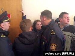Міліцыянты спрабуюць сілком вывесьці Паліну з суду над яе мужам 6 сакавіка
