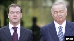 Uzbek President Islam Karimov (right) with his visiting Russian counterpart, Dmitry Medvedev, in Tashkent