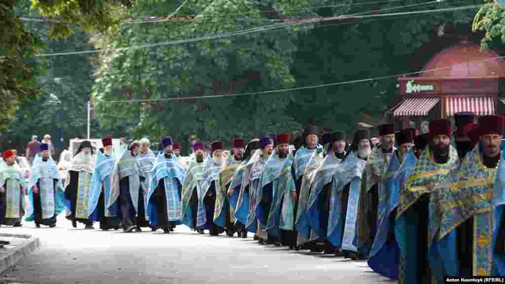 Віряни зібралися біля Свято-Троїцького жіночого монастиря і попрямували до Олександро-Невського кафедрального собору