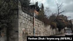 Территория «Дома Мельцера» окружена каменным забором, в некоторых местах он же выполняет функцию подпорных стен