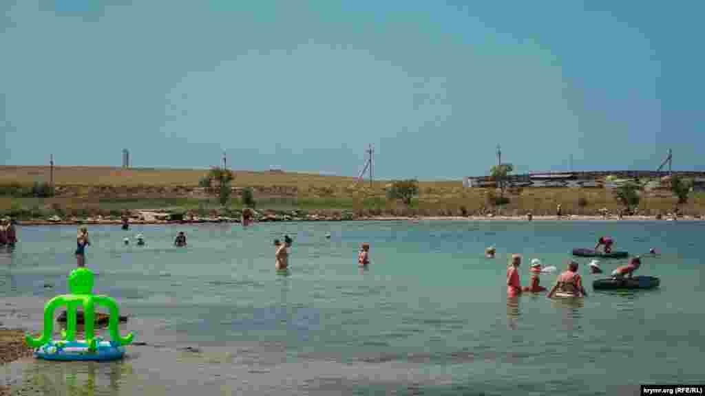 На главном пляже поселка