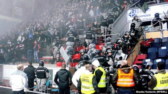 Neredi na košarkaškoj utakmici između Crvene zvezde i Partizana