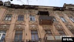 Але цей будинок проблемний і небезпечний