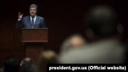Президент України Петро Порошенко у Вашингтоні під час виступу на форумі «Боротьба України за свободу, що триває», 30 березня 2016 року