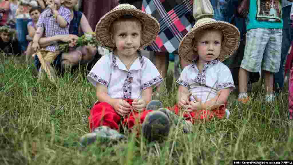 І діти, також вбрані в національні костюми, беруть аткивну участь в гуляннях