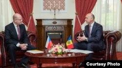 Premierul ceh Bohumil Sobotka (stg.) primit de omologul său Pavel FIlip
