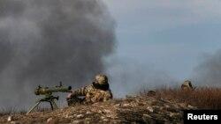 Українські військові на позиціях біля Курахова, за 20 кілометрів від Мар'їнки, березень 2015 року