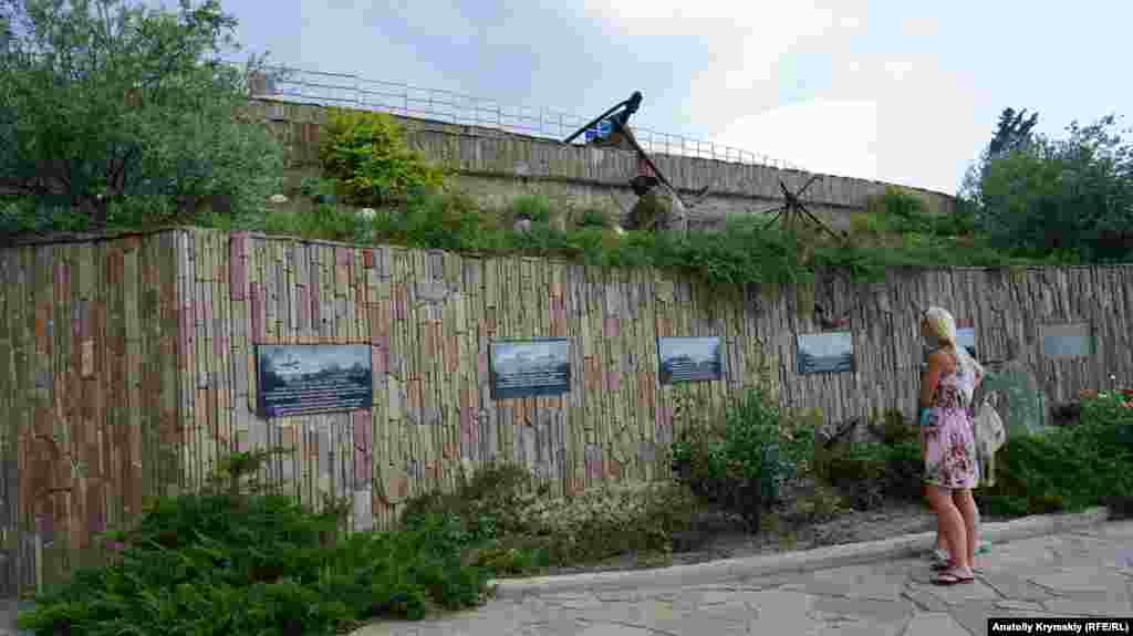 На підпірній стіни біля входу на територію комплексу прикріплені гранітні дошки із зображенням відомих затонулих суден