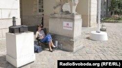 Під стінами Ратуші у Львові через проблему сміття голодує чиновниця ОДА Ольга Березюк, 20 червня 2017 року