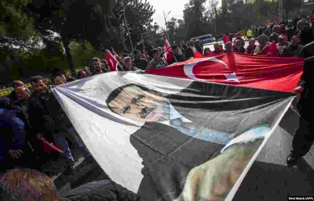 ТУРЦИЈА - Турскиот претседател Реџеп Таип Ердоган најави дека Турција ќе ги бојкотира електронските уреди произведени во САД, како реакција на влошените односи меѓу Анкара и Вашингтон. Тој рече дека САД економски не напаѓаат не само Турција, туку и Кина, Русија, Иран и Европа.