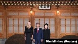 Prezident Moon Jae-In, həyat yoldaşı Kim Jung-sook və ABŞ prezidenti Donald Trump-ın qızı Ivanka Trump