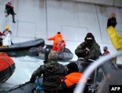 Під час затримання представників Greenpeace російською береговою охороною, 18 вересня 2013 року