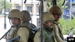 سربازان پاکستانی بیرون از مسجد لال در روز شنبه