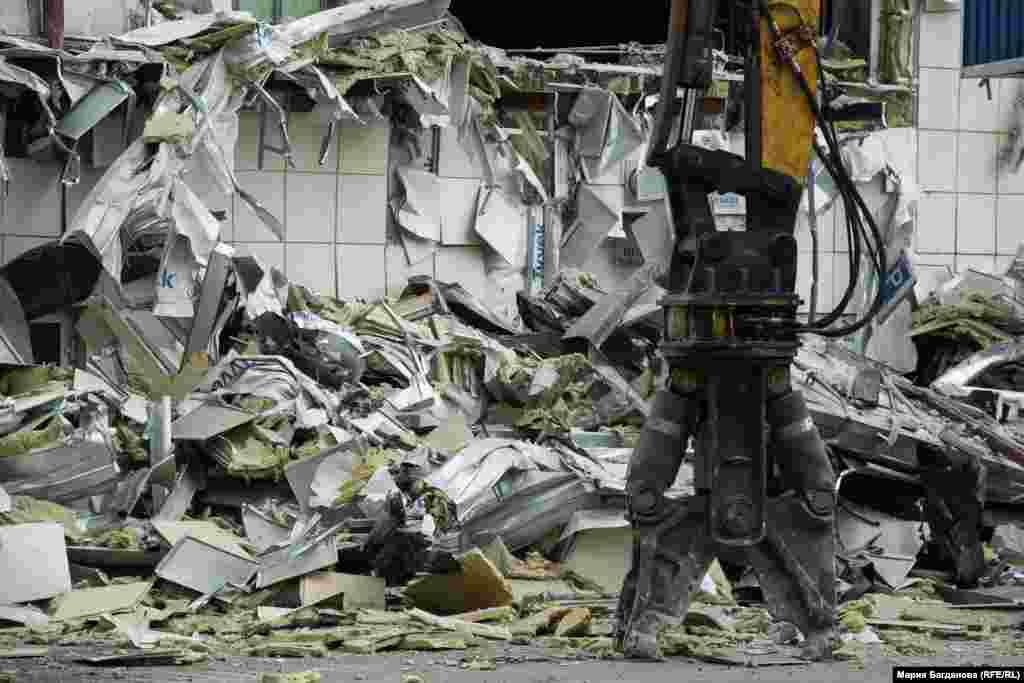 Здесь больше всего деформированы конструкции, что значительно усложняет работу. Просчитать досконально все невозможно: в здание из-за мер безопасности запрещено входить абсолютно всем.
