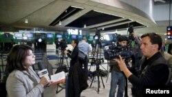 Gazetarët në aeroportin Charles de Gaulle në Paris duke raportuar për aeroplanin e zhdukur të kompanisë EgyptAir