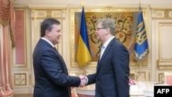 Stefan Fyle (djathtas) gjatë takimit me presidentin Viktor Yanukovich në Kiev