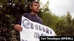 Борис Немцов на индивидуальном пикете у ИВС, где содержится Лев Пономарев, 26 августа 2010