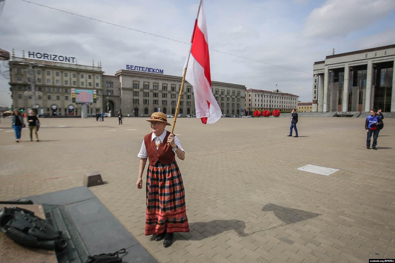 Нина Багинская на площади Государственного флага в Минске, 14 мая 2016 года. Фото: svaboda.org (RFE/RL)